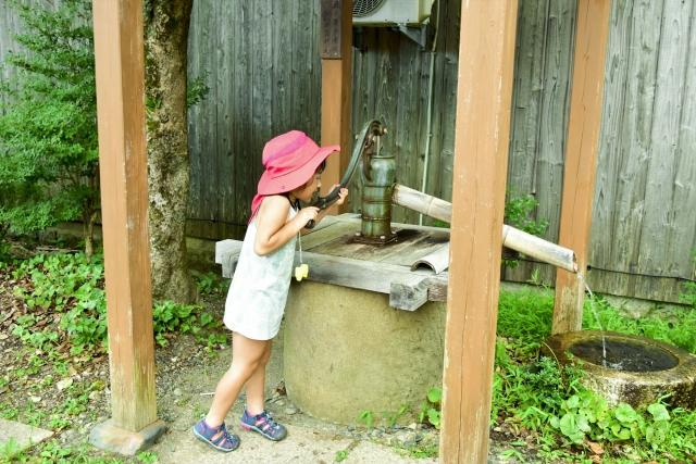 井戸水を汲む女の子