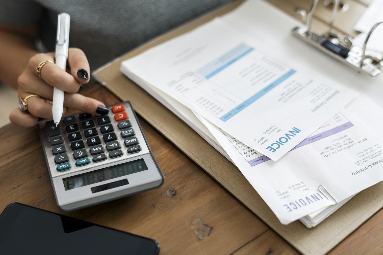 ウォータースタンドの定額料金を計算する女性