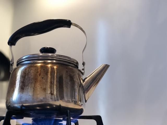 湯冷ましに使うお湯を沸かすやかん